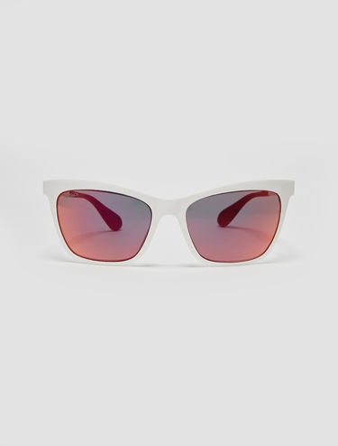 Sunglasses with contrasting temples