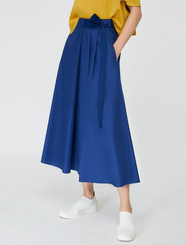 Skirt with asymmetric folds