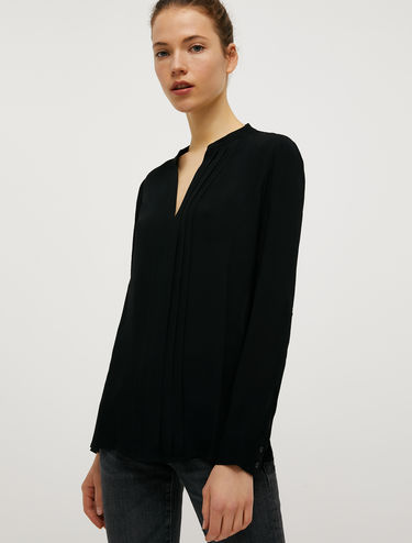 Crêpe blouse with pleats